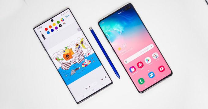 Đọ thiết kế giữa Galaxy S10 và Galaxy Note 10 - thứ tự từ phải qua trái